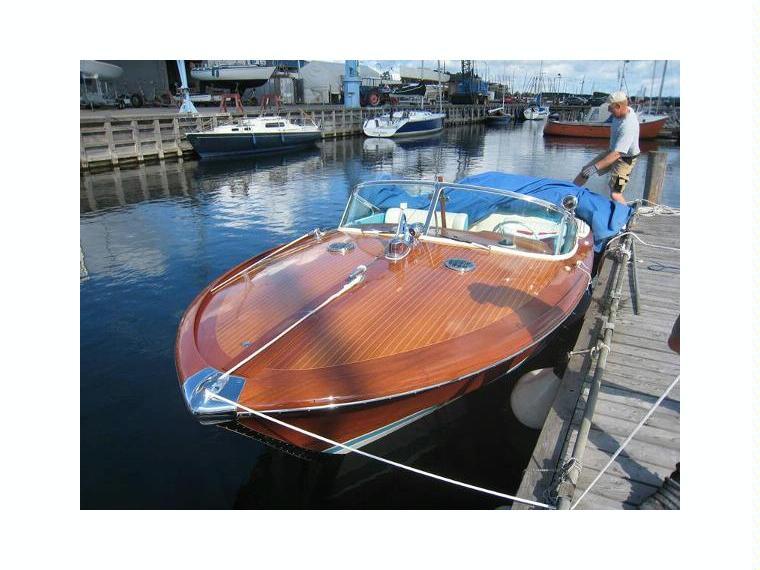 riva aquarama special en danemark bateaux open d 39 occasion 02575 inautia. Black Bedroom Furniture Sets. Home Design Ideas