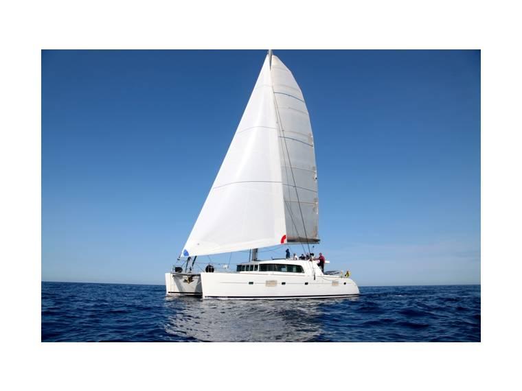 lagoon 500 en port vieux de marseille catamarans voile d. Black Bedroom Furniture Sets. Home Design Ideas