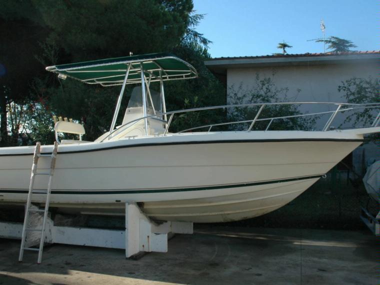 pursuit 2470 t top en toscane bateaux moteur d 39 occasion 19750 inautia. Black Bedroom Furniture Sets. Home Design Ideas